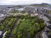 Castello storico della città di Edimburgo sul colpo aereo 3 di giorno nuvoloso della roccia immagini stock libere da diritti
