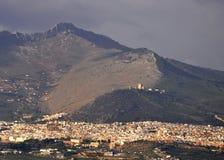 Castello su una montagna sopra una città Fotografia Stock Libera da Diritti