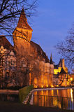 Castello sull'acqua alla notte Immagini Stock
