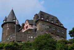 Castello superbo sopra Bacharach lungo la valle del Reno in Germania Fotografie Stock