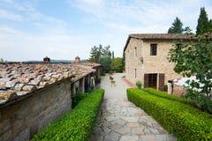 Castello in Toscana con il passaggio pedonale di pietra Immagine Stock