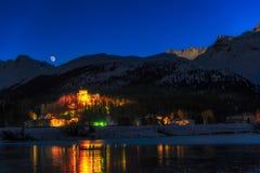 Castello in un villaggio alpino Fotografia Stock
