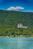 Castello vicino al lago nelle montagne Immagini Stock