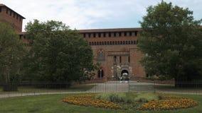 Castello Visconteo kasztelu wejście z flowerbed w Pavia, PV, Włochy zbiory wideo