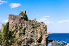 Castelloen Normanno i staden för Aci Castello, Sicilien royaltyfri bild