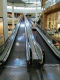 Castellon, Espanha 7/21/2018: Vista das escadas rolantes em um shopping imagens de stock
