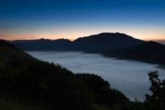 在重创的钢琴, Castelluccio,翁布里亚,意大利的雾 免版税库存图片