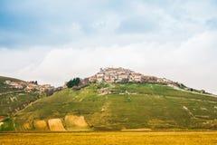 Castelluccio di Norcia auf einem Hügel Lizenzfreie Stockbilder
