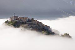 Castelluccio que levanta-se da névoa, Úmbria, Italy Fotos de Stock Royalty Free