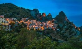 Castelmezzano bij nacht, Basilicata, Italië stock foto's