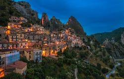 Castelmezzano przy nocą, Basilicata, Włochy Fotografia Stock