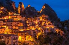 Castelmezzano przy nocą, Basilicata, Włochy Obrazy Royalty Free