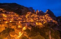 Castelmezzano przy nocą, Basilicata, Włochy Obraz Royalty Free