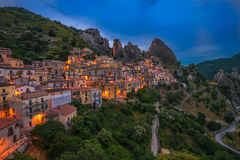 Castelmezzano przy nocą, Basilicata, Włochy Obrazy Stock
