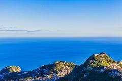 Castelmola himmellandskap med berg royaltyfria bilder