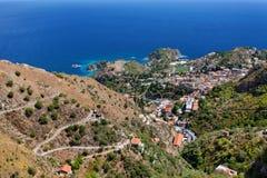 Castelmola, la Sicilia, l'Italia - vista panoramica da Castelmola a Taormina e mar Mediterraneo Immagine Stock Libera da Diritti