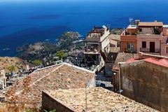 Castelmola, la Sicilia, l'Italia - vista panoramica da Castelmola a Taormina e mar Mediterraneo Immagini Stock Libere da Diritti