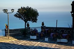 castelmola som förbiser den havssicily terrassen Royaltyfria Bilder
