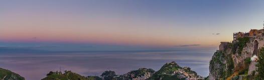 Castelmola stad på vinkel för överkant för stenigt berg bred royaltyfri fotografi