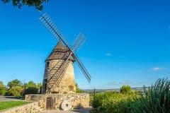 Castelnaudary - sikt på Moulinen Cugarel, Frankrike Royaltyfria Bilder