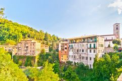 Castelnovo Garfagnana著名村庄在托斯卡纳,意大利 库存图片