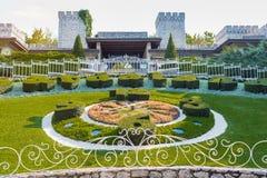 Castelnuovo del Garda, Ιταλία - 31 Σεπτεμβρίου 2016: Ρολόι - κρεβάτι λουλουδιών Λούνα παρκ θέματος Gardaland Castelnuovo Del Gard Στοκ Εικόνες