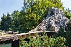 Castelnuovo del Garda, Италия - Agust 31 2016: Carousel Шлюпка carousel поднимает гористый Парк атракционов темы Gardaland Стоковые Фотографии RF