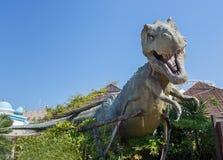 Castelnuovo del Garda, Italien - Agust 31 2016: Nöjesfält för dinosauriestatyYrannosaurus-rex Gardaland tema i Castelnuovo arkivbilder