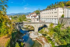 Castelnuovo Di Garfagnana op een zonnige dag Provincie van Luca, Toscanië, Italië stock afbeelding