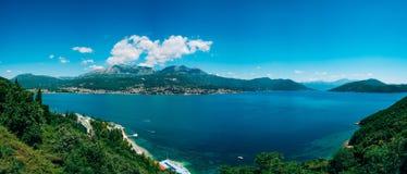 Castelnuovo, la vista dalla riva al contrario, contro Th immagine stock