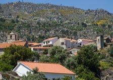 Castelo诺沃Serra贝拉Baixa省的,葡萄牙da Estrela (Estrela登上)的脚的村庄村庄 免版税库存图片