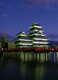 Castelo 07 de Matsumoto, crepúsculo, Japão imagens de stock