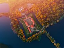 Castelo aéreo na noite do outono, Bielorrússia Minsk de Nesvizh da foto foto de stock royalty free