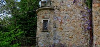 Castelo abandonado velho em uma das florestas em Europa imagens de stock