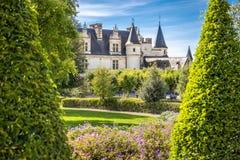 Castelo Amboise quadro por árvores do jardim bonito do renascimento Loire Valley, France imagem de stock royalty free