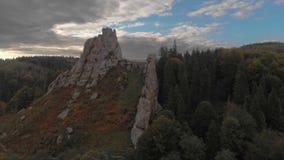 Castelo antigo de Tustan com um passadiço de madeira nos Carpathians no verão video estoque