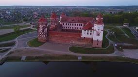 Castelo antigo do RIM, noite Vídeo aéreo de Bielorrússia video estoque