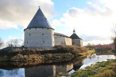 Castelo antigo no banco de rio imagens de stock royalty free