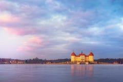 Castelo após o nascer do sol no tempo de inverno, Alemanha de Moritzburg Foto de Stock Royalty Free