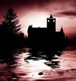 Castelo assustador e lago Fotografia de Stock