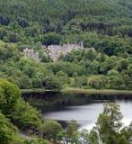 Castelo através das árvores Imagens de Stock Royalty Free