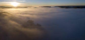 Castelo Beynac na névoa no amanhecer Perigord Dordogne Noir França fotos de stock royalty free