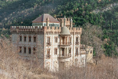 Castelo bonito contra o os montes no outono fotos de stock