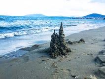 Castelo bonito da areia em uma praia imagem de stock royalty free