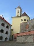 Castelo com clocktower e rockwalls Fotos de Stock Royalty Free
