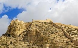 Castelo com cloudscape em Alicante, Espanha Fotos de Stock
