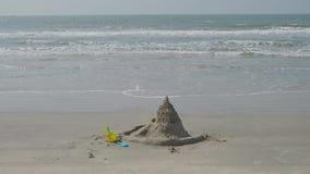 Castelo da areia, cubeta do beb? e p? pelo mar vídeos de arquivo