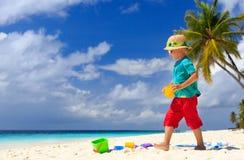 Castelo da areia da construção do rapaz pequeno na praia Imagens de Stock Royalty Free