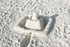 Castelo da areia em uma praia ensolarada imagens de stock royalty free