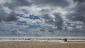 Castelo da areia em uma praia nebulosa Foto de Stock Royalty Free